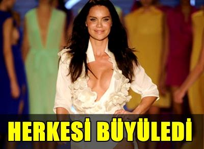 FASHION WEEK'TE PODYUMA ÇIKAN BAŞARILI İSİM EBRU ŞALLI DEFİLEYE ADETA DAMGA VURDU!..