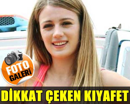 """""""SENİ SEVİYORUM ADAMIM""""IN GALASINA KATILAN GÜZEL OYUNCU GİZEM KARACA'DAN BÜYÜLEYEN KIYAFET!.."""