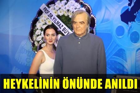 USTA SANATÇI TARIK AKAN'IN BALMUMU HEYKELİNE ZİYARETÇİ AKINI!..