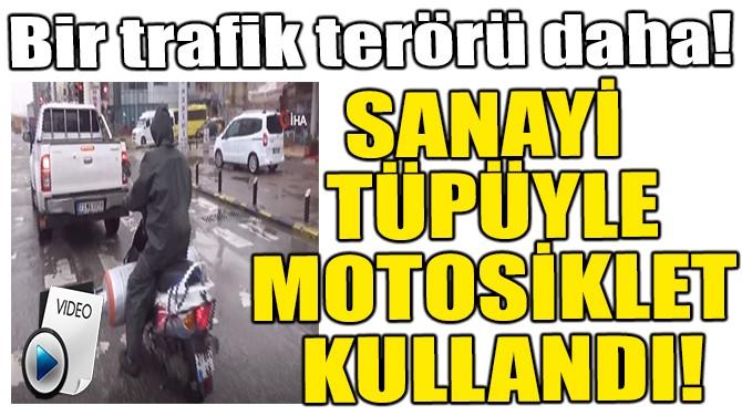 TRAFİKTE YÜREKLERİ AĞIZA GETİREN MOTOSİKLETÇİ!